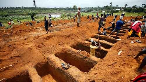 Workers are digging graves for mudslide victims at the Paloko cemetery in Waterloo, Sierra Leone, Aug. 17, 2017. Photo - VOA